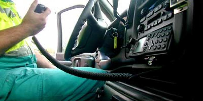 Ambulancepersoneel vordert voertuig na klapband