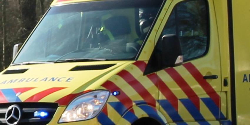 Auto's in de sloot na verkeersruzie, vijf personen naar ziekenhuis