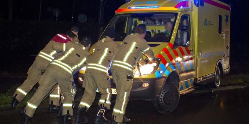 Brandweer helpt ambulance de weg weer op