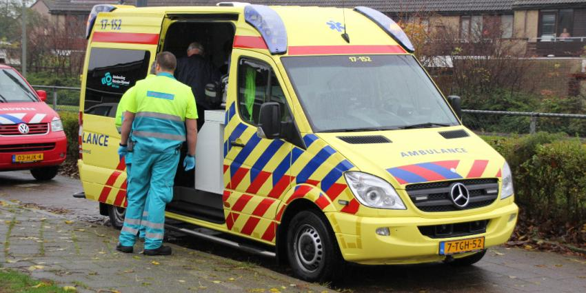 Verwarde man vernielt auto's en slaat ambulancemedewerker