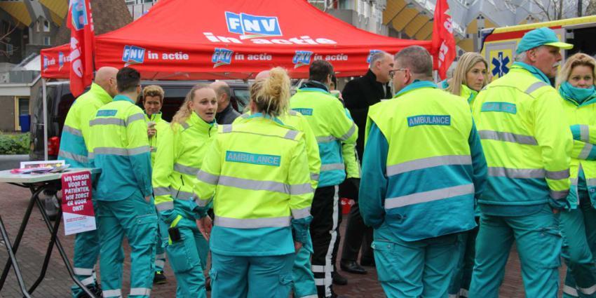 Ambulancepersoneel voert actie bij de Markthal Rotterdam