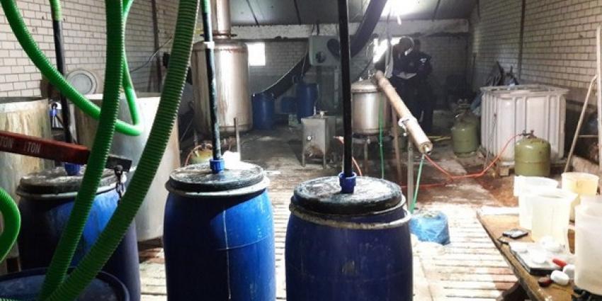 Groot amfetaminelab gevonden, politie houdt vijf mensen aan