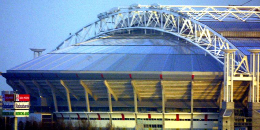 Standard-fans gooien fakkels in supportersvak Ajax