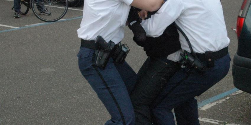 Vechtpartij met gebroken glazen op de Wallen, politie houdt negen mensen aan