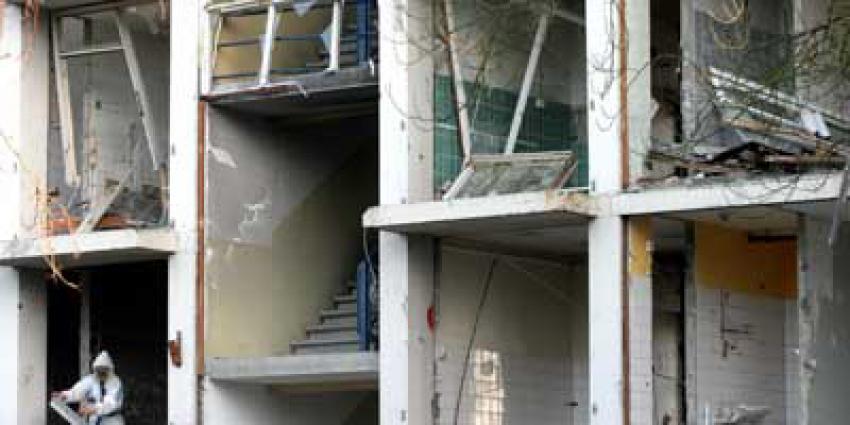 Foto van man in wit pak tijdens verwijderen asbest | Archief EHF