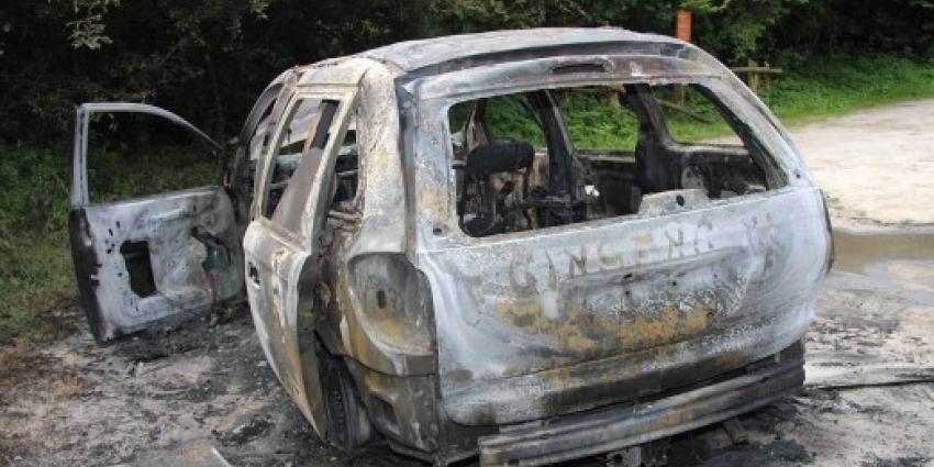 Foto van uitgebrande Chrysler Voager   Politie