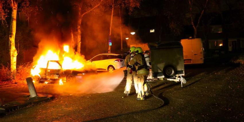 Personenauto en aanhanger door brand verwoest