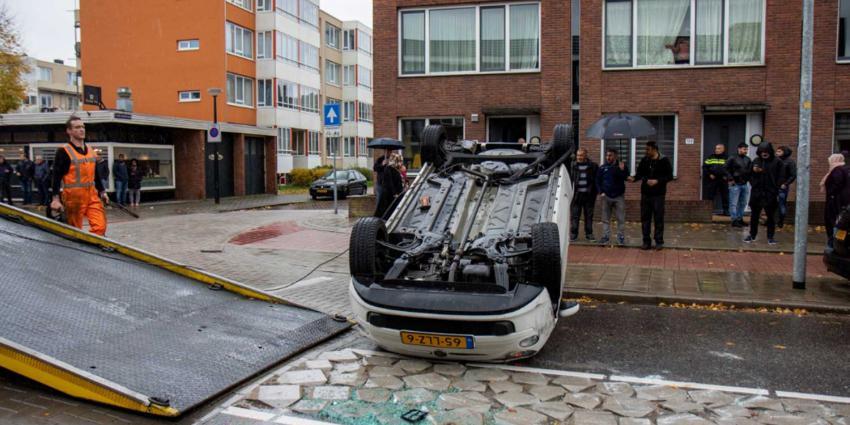 Auto over de kop in Schiedam
