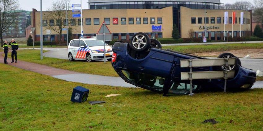 Auto slaat over de kop op Lloydsplein in Veendam