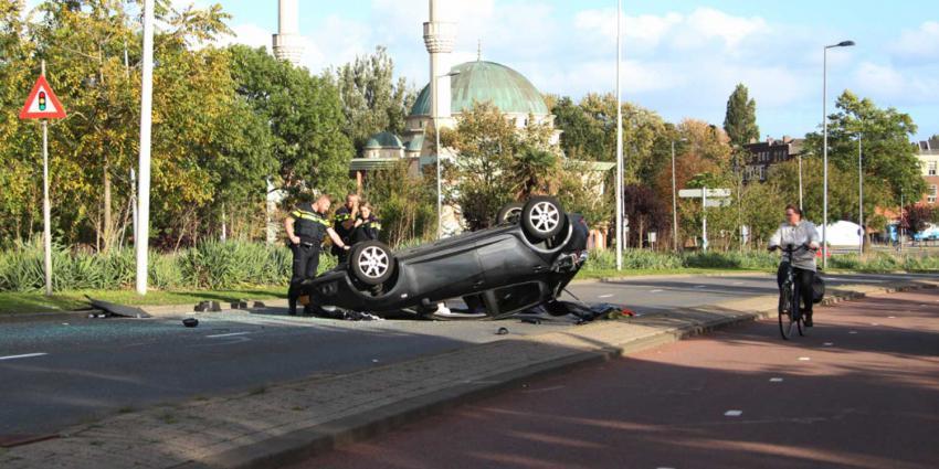 Auto over de kop na ongeval