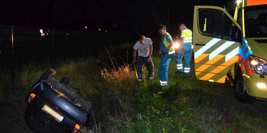 Auto op zijn kop in sloot Esschebaan Boxtel, bestuurder neemt de benen