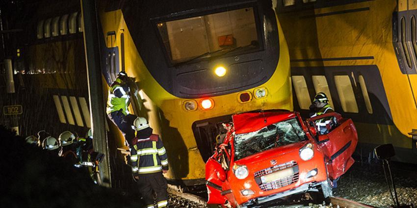 Foto van door trein geramde auto | Sander van Gils | www.persburosandervangils.nl