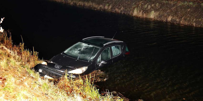 Hulpdiensten gealarmeerd voor auto te water, eigenaar zit tv te kijken