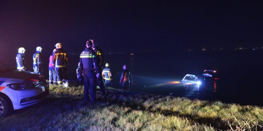 Ouder echtpaar met auto te water in Zuidbroek