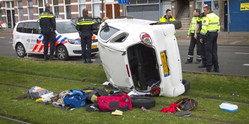 Auto over de kop tijdens politieachtervolging