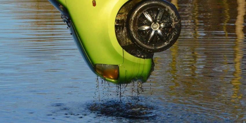 Auto te water bij ongeval met drie auto's in Wildervank