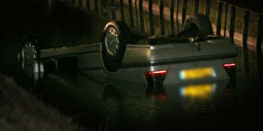 Auto op zijn kop in water, politie en omstanders redden gezin
