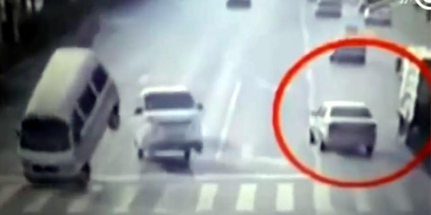 Auto's 'dansen' op straat bij bizar ongeluk