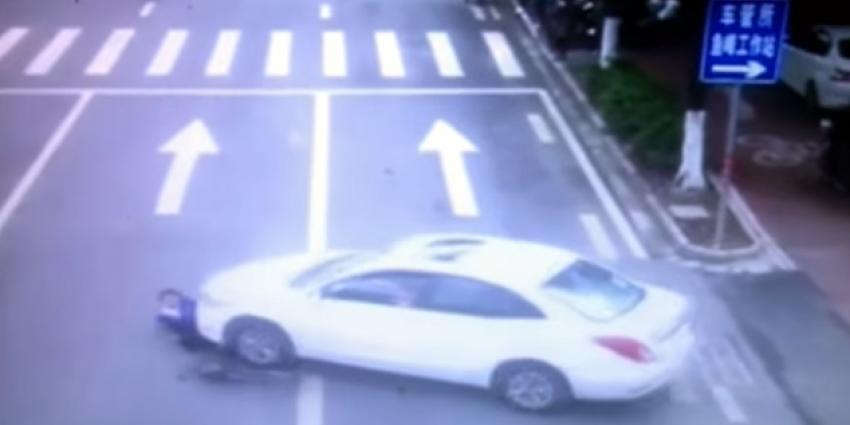 Omstanders redden vrouw die onder auto ligt