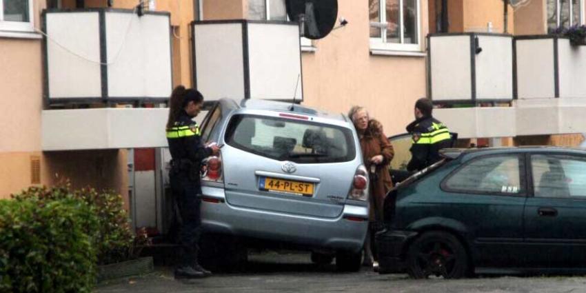 'Spookrijder' rijdt met auto tegen flat