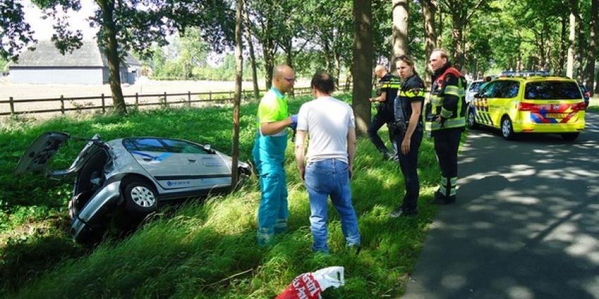 Auto belandt in sloot langs N624 in Haaren