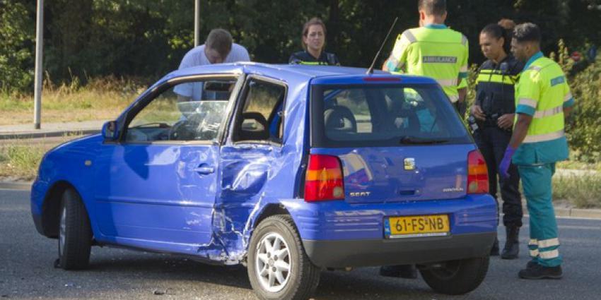 Vrachtwagen botst op auto in Schiedam