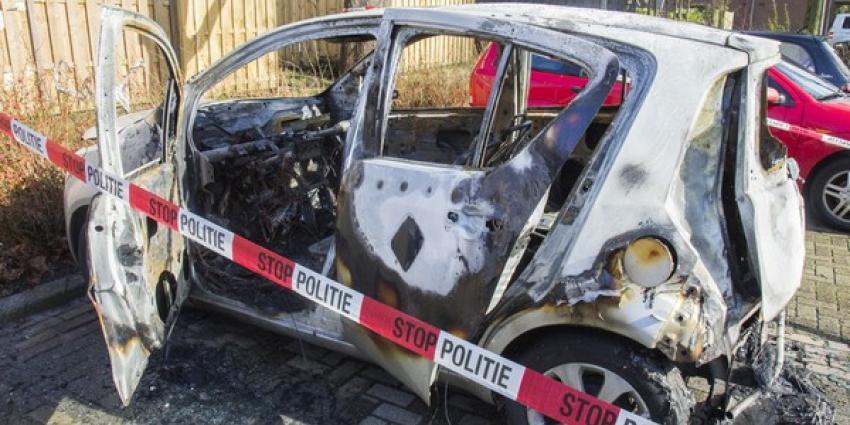 Overvallers stelen auto hulpverlener en steken die in brand