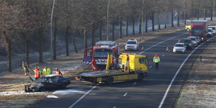 Autobrand op verbindingsweg van snelwegen bij Eindhoven