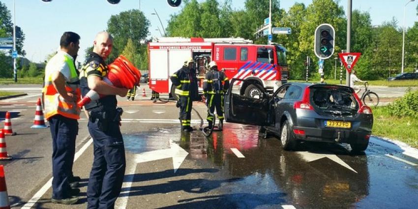Vrouw en kinderen weten net op tijd uit brandende auto te komen