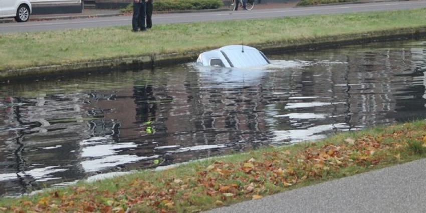 Automobilist rijdt de Vaart in Assen in