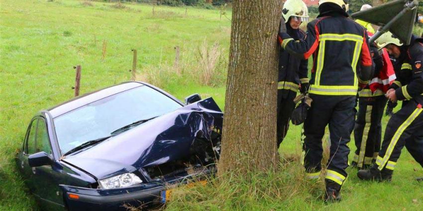 Auto ramt boom en glijdt in sloot in Drentse Anloo