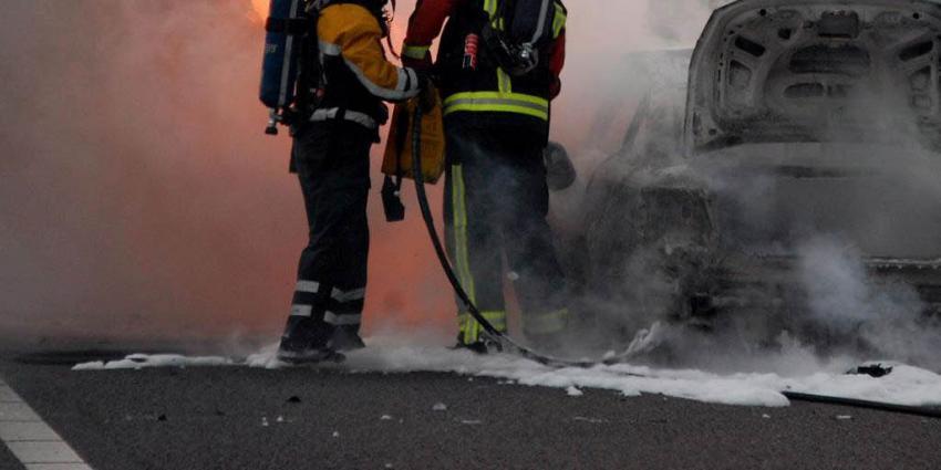 Auto met schade na aanrijding uitgebrand bij garagebedrijf