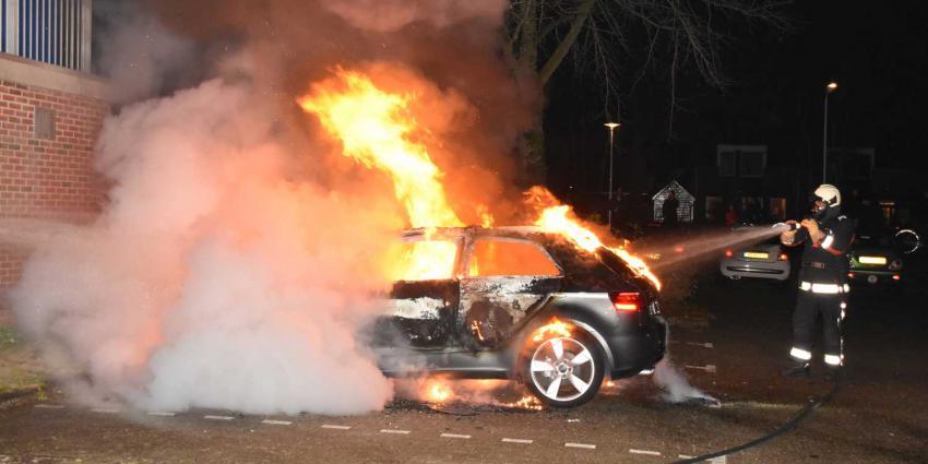 Auto uitgebrand in Hoogeveen, brommobiel zwaar beschadigd