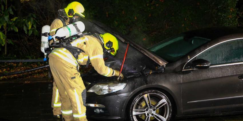 Auto zwaar beschadigd door brand in Schiedam