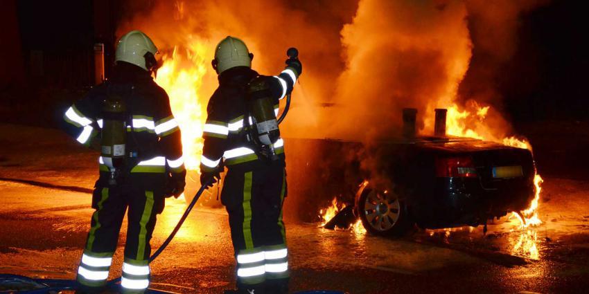 Twee auto's van zelfde eigenaar in Delft in brand gestoken