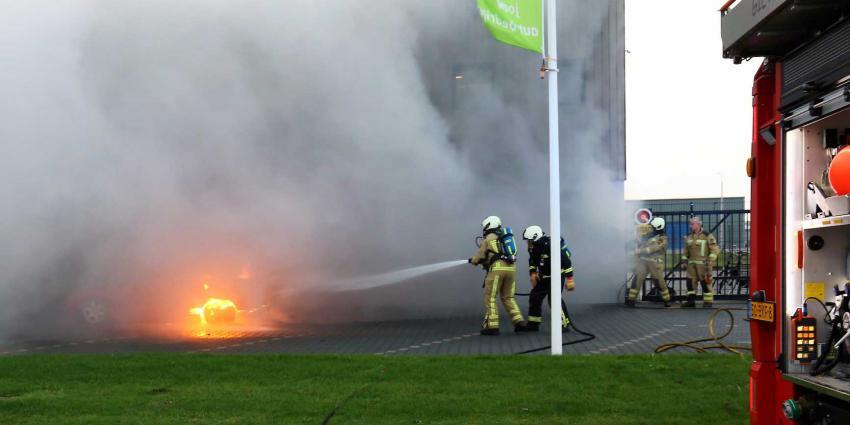 Auto vliegt tijdens ritje naar garage in brand door benzinelekkage