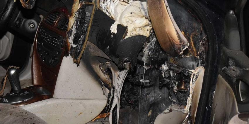 Brandweer Hoogeveen blust autobrand