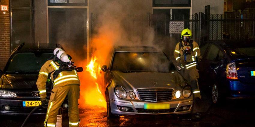 Autobrand lastig te blussen voor brandweer