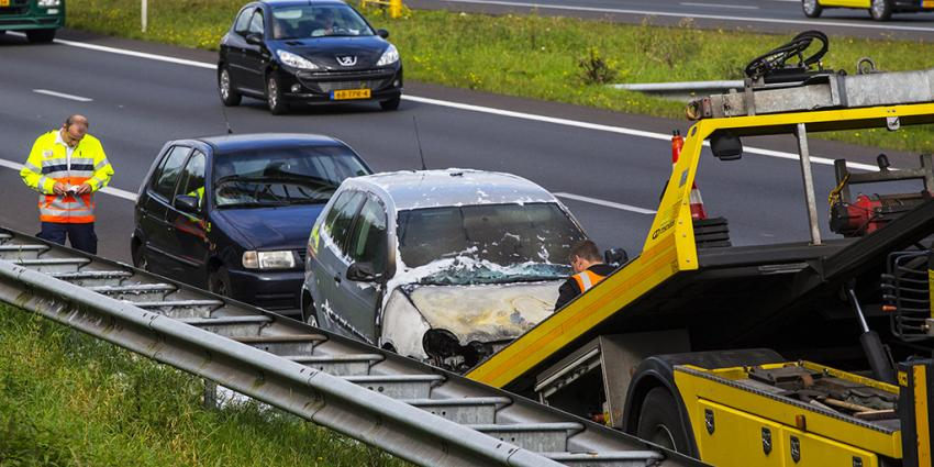 Auto vliegt in brand na botsing op A2