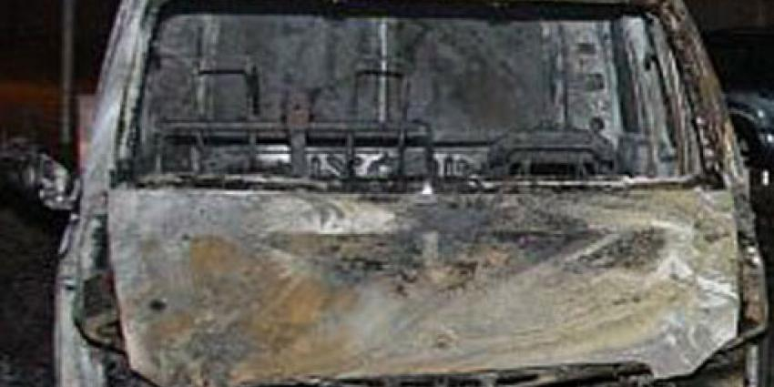 Uitgebrande bestelbus mogelijk betrokken bij drugsdumping