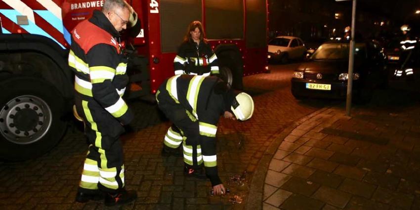 Brandweer blust brandstichting auto met flesje water