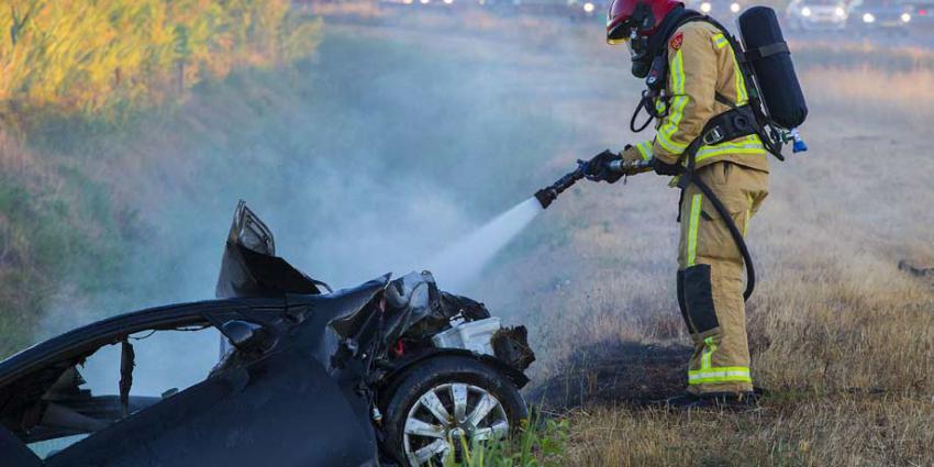 Auto in brand na ongeval A50. Bestuurder gewond