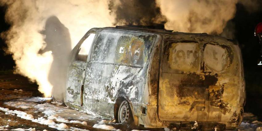 Gedumpte bestelbus uitgebrand in bosgebied Nuenen