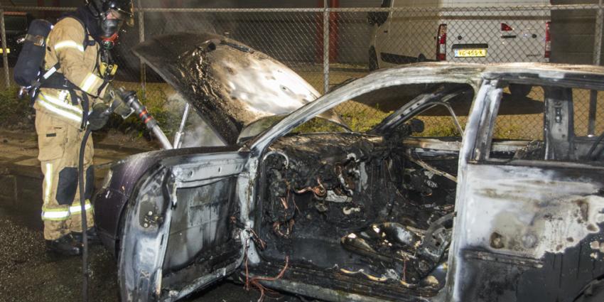 Marechaussees redden man uit brandende auto