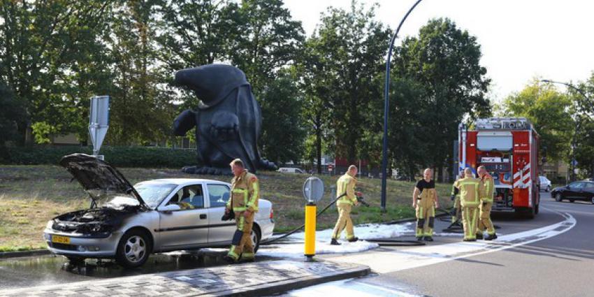 Auto vat vlam op Stationsstraat in Best