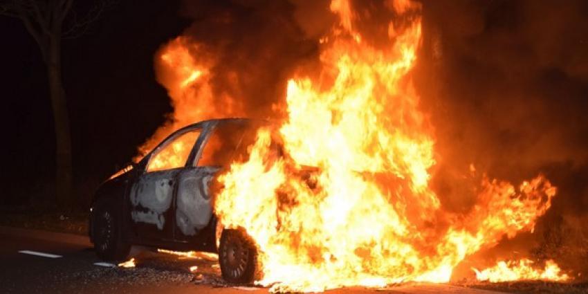 Personenauto vliegt onder het rijden spontaan in brand