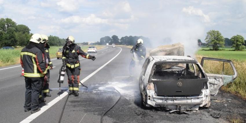 Auto van brandweerman vliegt in brand op A37 ter hoogte van Hoogeveen