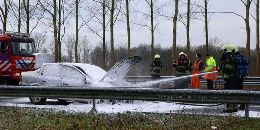 Vader en zoon met de schrik vrij na autobrand op snelweg