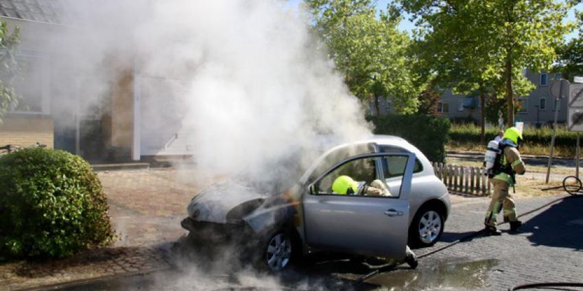 Autobrand in tuin Schiedam