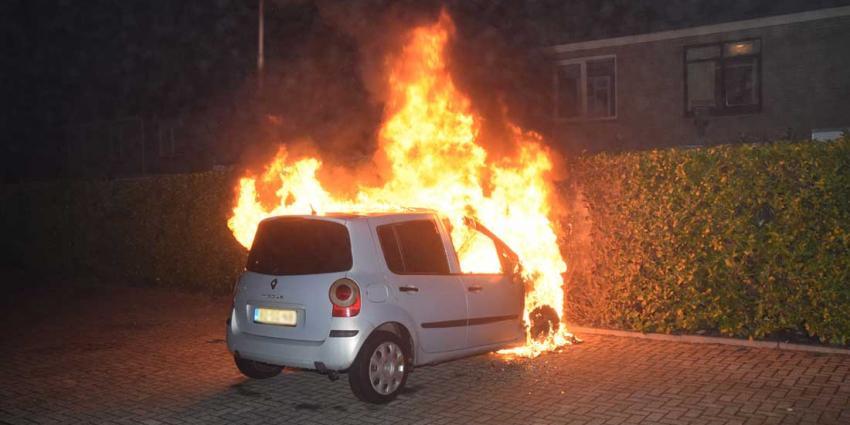 Brandweer gebruikt blusdeken bij autobrand Hoogeveen
